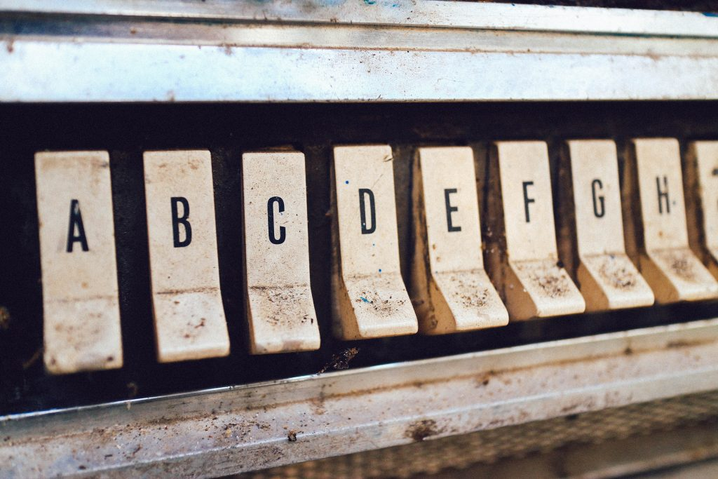 Nappuloita, joissa kirjaimia.