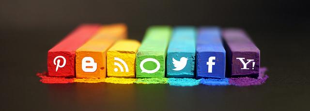 Sosiaalisen median merkkejä väriliiduissa
