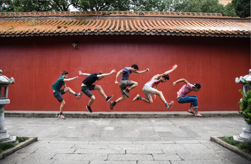 5 hyppäävää ihmistä